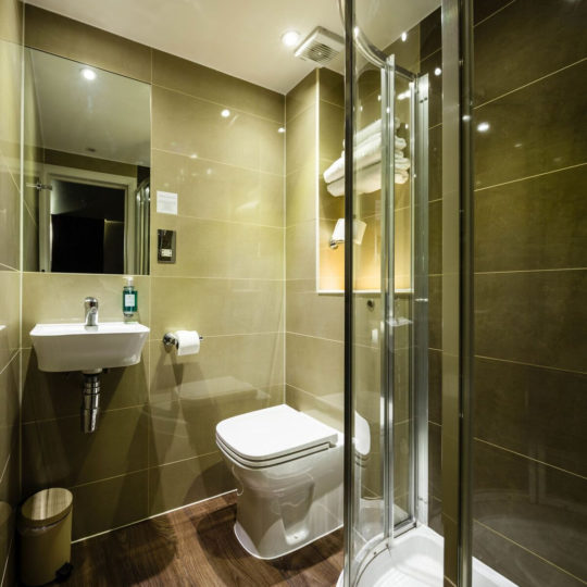 http://chiswickrooms.co.uk/wp-content/uploads/2016/05/bathroom-540x540.jpg